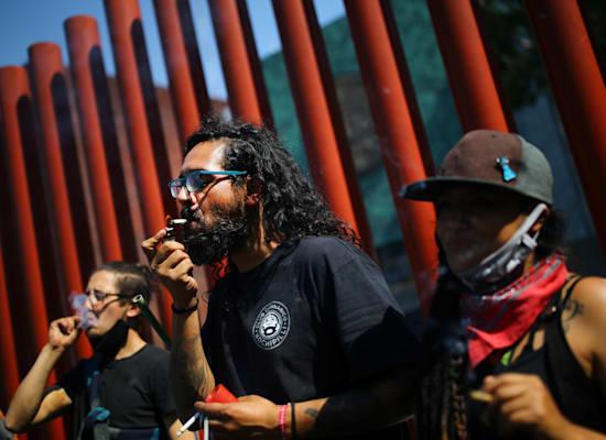פעילים בעד לגליזציה מוחים מול בית הסנאט במקסיקו / צילום: Reuters, EDGARD GARRIDO