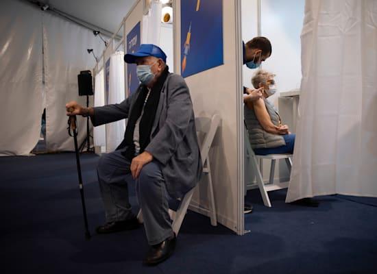 מרכז חיסונים / צילום: Associated Press, Oded Balilty