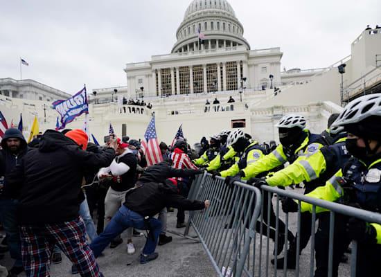 עימותים בין תומכי דונלד טראמפ לשוטרים בוושינגטון / צילום: Associated Press, Julio Cortez