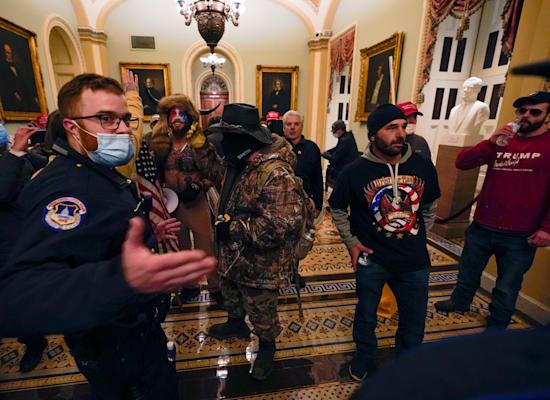 תומכי טראמפ פורצים למסדרונות הקפיטול / צילום: Associated Press, Manuel Balce Ceneta