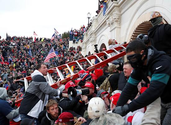 מפגינים תומכי טראמפ שועטים על גבעת הקפיטול / צילום: Reuters, Shannon Stapleton