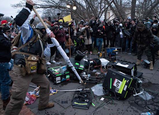 מפגינים תומכי טראמפ מנפצים ציוד של צוותי טלוויזיה, אמש / צילום: Associated Press, Jose Luis Magana