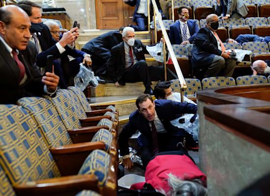 חברי וחברות קונגרס משטתחים על הרצפה מפחד מפני זעם הממון שפרץ לקפיטול / צילום: Associated Press, Andrew Harnik