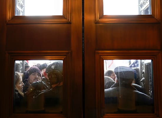 המפגינים שועטים על הדלתות של הקפיטול / צילום: Associated Press, Andrew Harnik