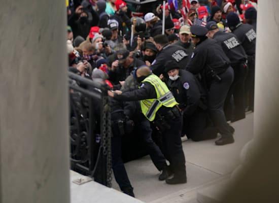 שוטרים מנסים לדחוק את המפגינים ולא לאפשר להם להיכנס לקפיטול / צילום: Associated Press, Andrew Harnik