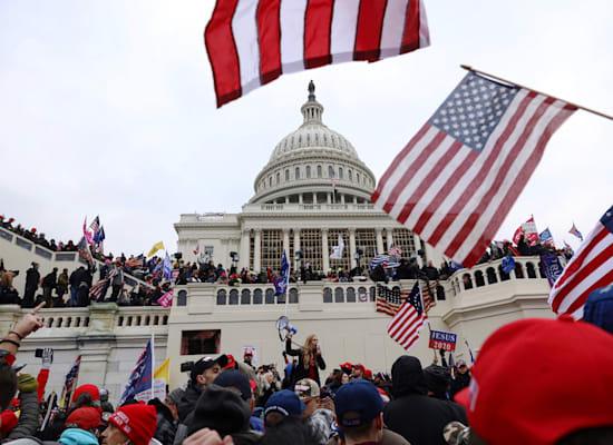 כיבוש הקפיטול. בעוד שבוע וחצי הנשיא הנבחר ג'ו ביידן יושבע על אותן המדרגות / צילום: Associated Press, Shafkat Anowar
