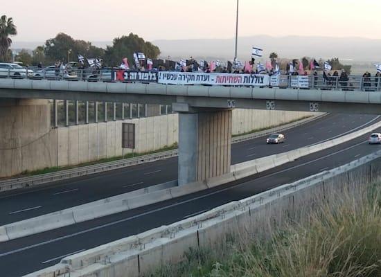 מפגינים בגשר ישיבת שדה יעקב / צילום: הדגלים השחורים