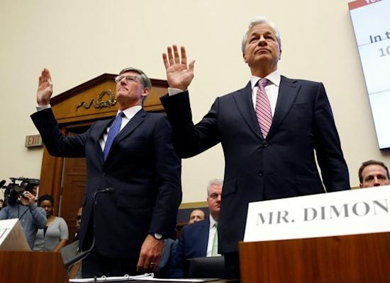 """מורגן צ'ייס"""", ג'יימי דיימון (מימין) ומנכ""""ל סיטיגרופ, מייקל קורבט, בשימוע לבנקים הגדולים בסנאט, 2019 / צילום: Associated Press, Patrick Semansky"""