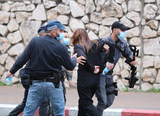 """שוטרים גוררים בנצרת את ח""""כ סונדוס סאלח מתע""""ל / צילום: מוחמד חליליה"""
