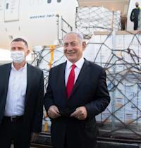 נתניהו ואדלשטיין מקבלים את משלוח חיסוני פייזר / צילום: אמיל סלמן-הארץ