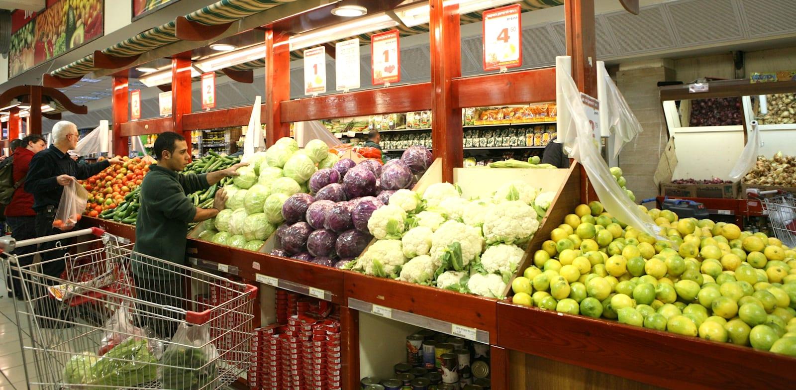 מחלקת ירקות ופירות בסופרמרקט / צילום: עינת לברון