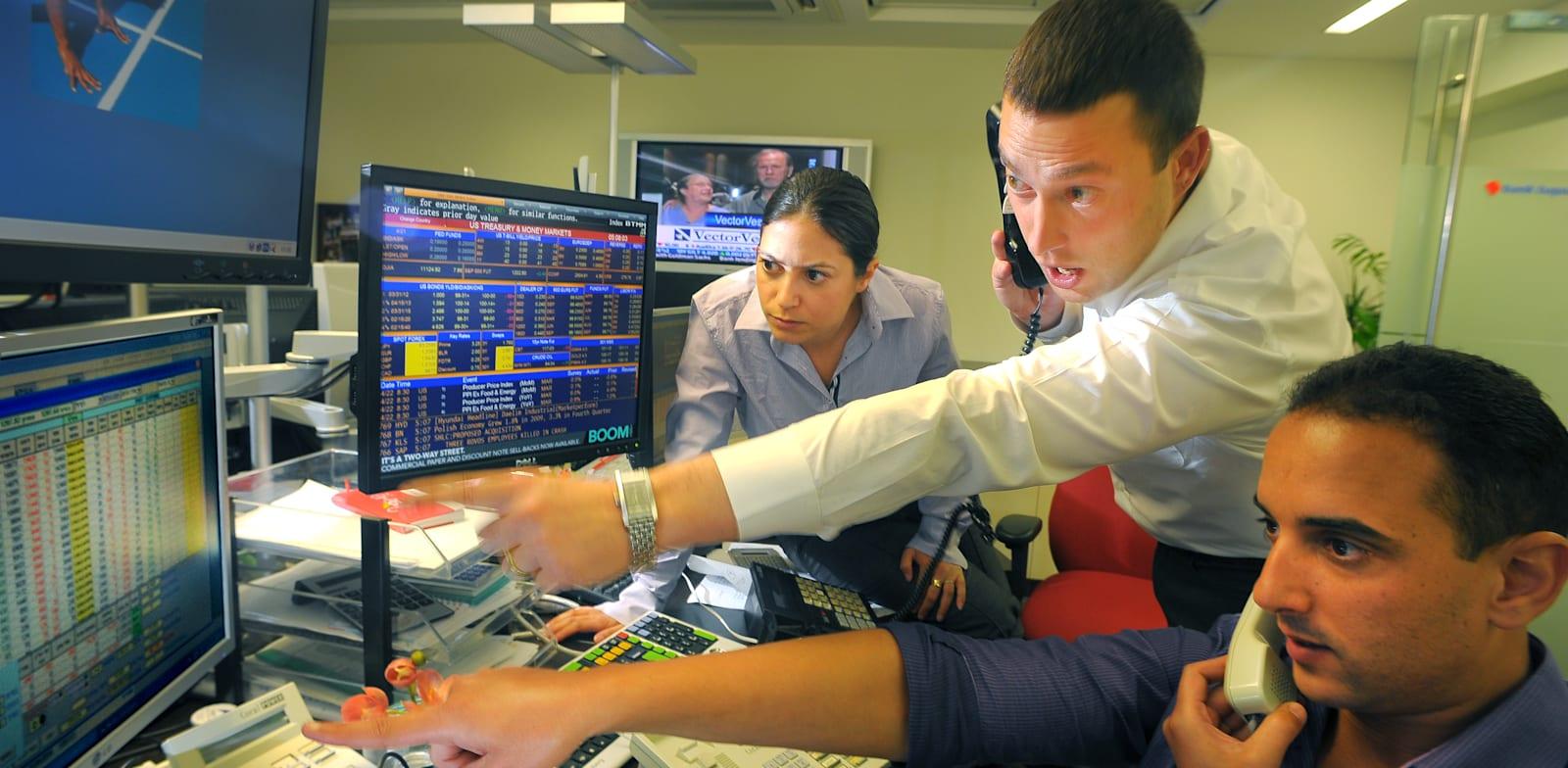חדר מסחר בניירות ערך. כששוקי המניות נפלו, המוסדיים היו צריכים גישה מהירה לדולרים / צילום: איל יצהר