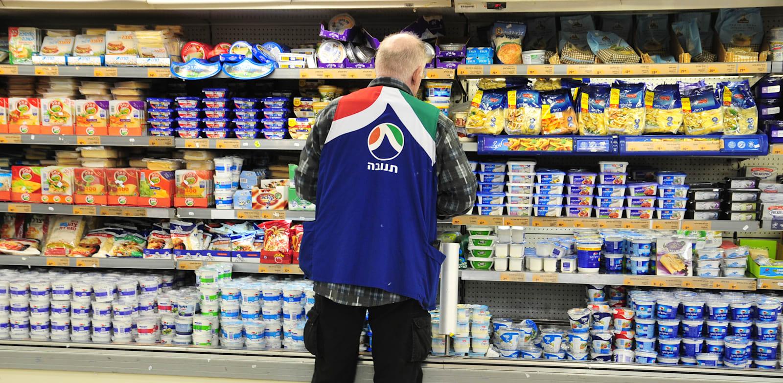 סדרן של תנובה בסופרמרקט / צילום: תמר מצפי