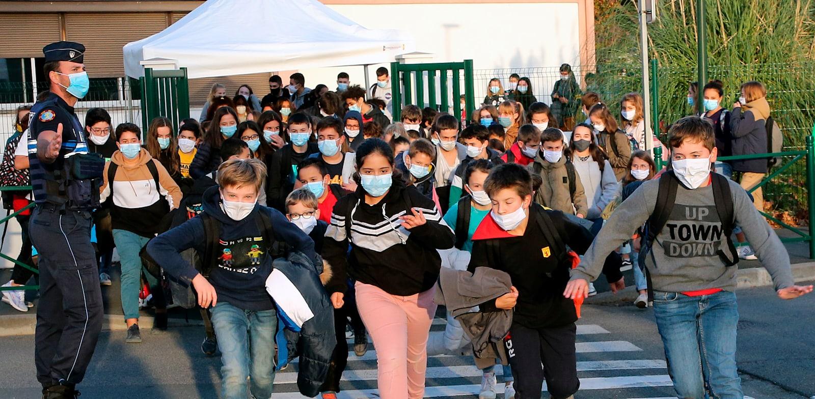 תלמידי בית ספר יסודי בקמבו  לה־באן בדרום מערב צרפת, בשבוע שעבר / צילום: Associated Press, Bob Edme