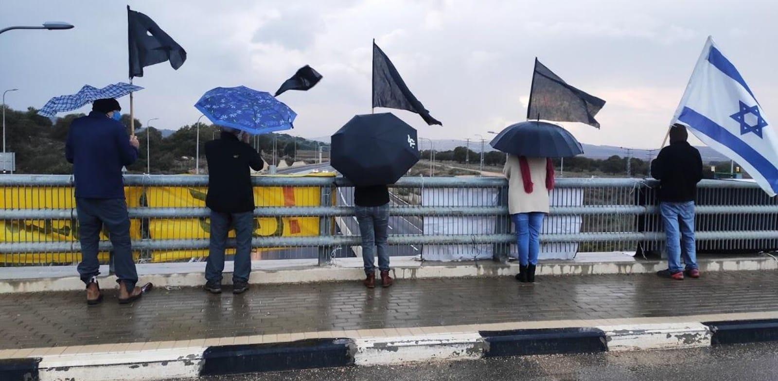 מפגינים נגד נתניהו והשחיתות השלטונית בצומת המוביל / צילום: הדגלים השחורים