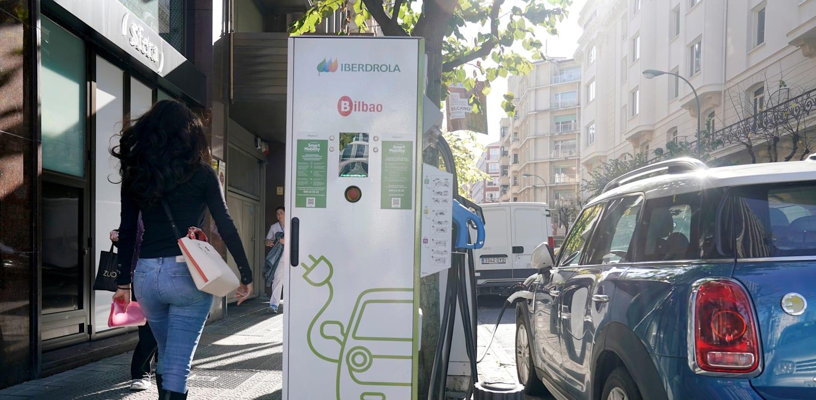 רכב חשמלי בעמדת טעינה של Iberdrola ־ אחת החברות הגדולות בעולם בתחום האנרגיה הירוקה / צילום: Reuters, Vincent West