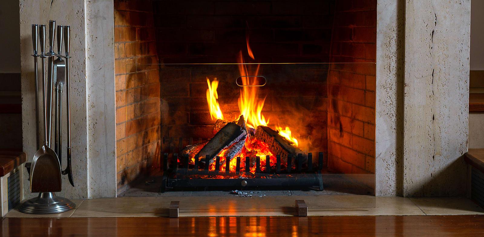 איך לחמם את הבית בלי להזיק לסביבה (ולמה קמין זו לא תשובה טובה)
