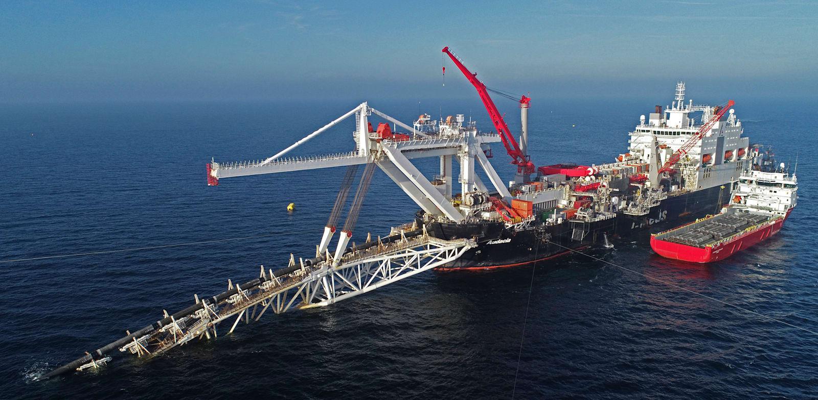 ספינה רוסית מניחה צינורות של נורד סטרים 2 בתחתית הים הבלטי, 2018 / צילום: Associated Press, Bernd Wuestneck