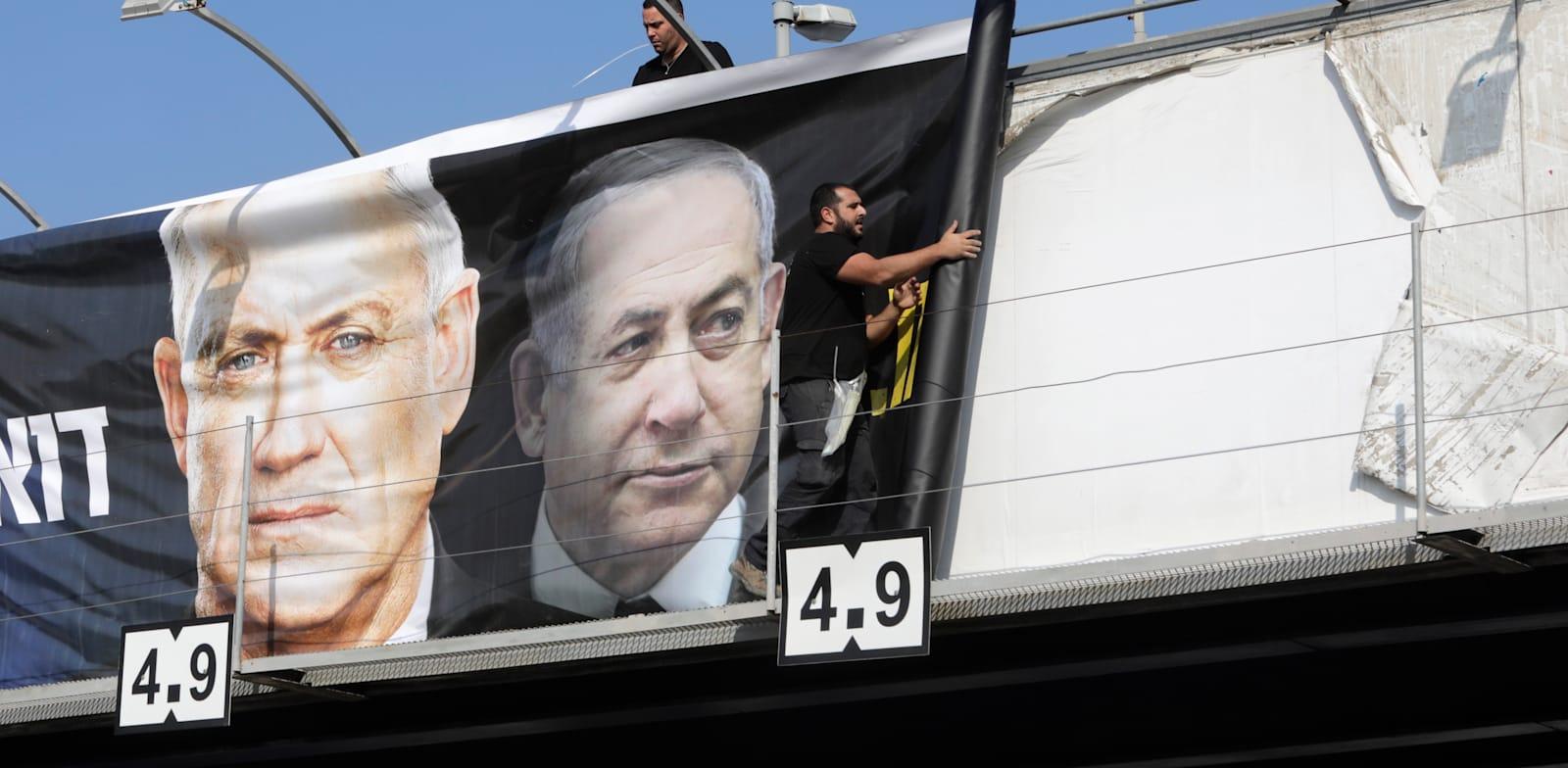 תלייה של שלטי תעמולה בבחירות האחרונות. הופך להיות שגרה / צילום: Associated Press, Sebastian Scheiner