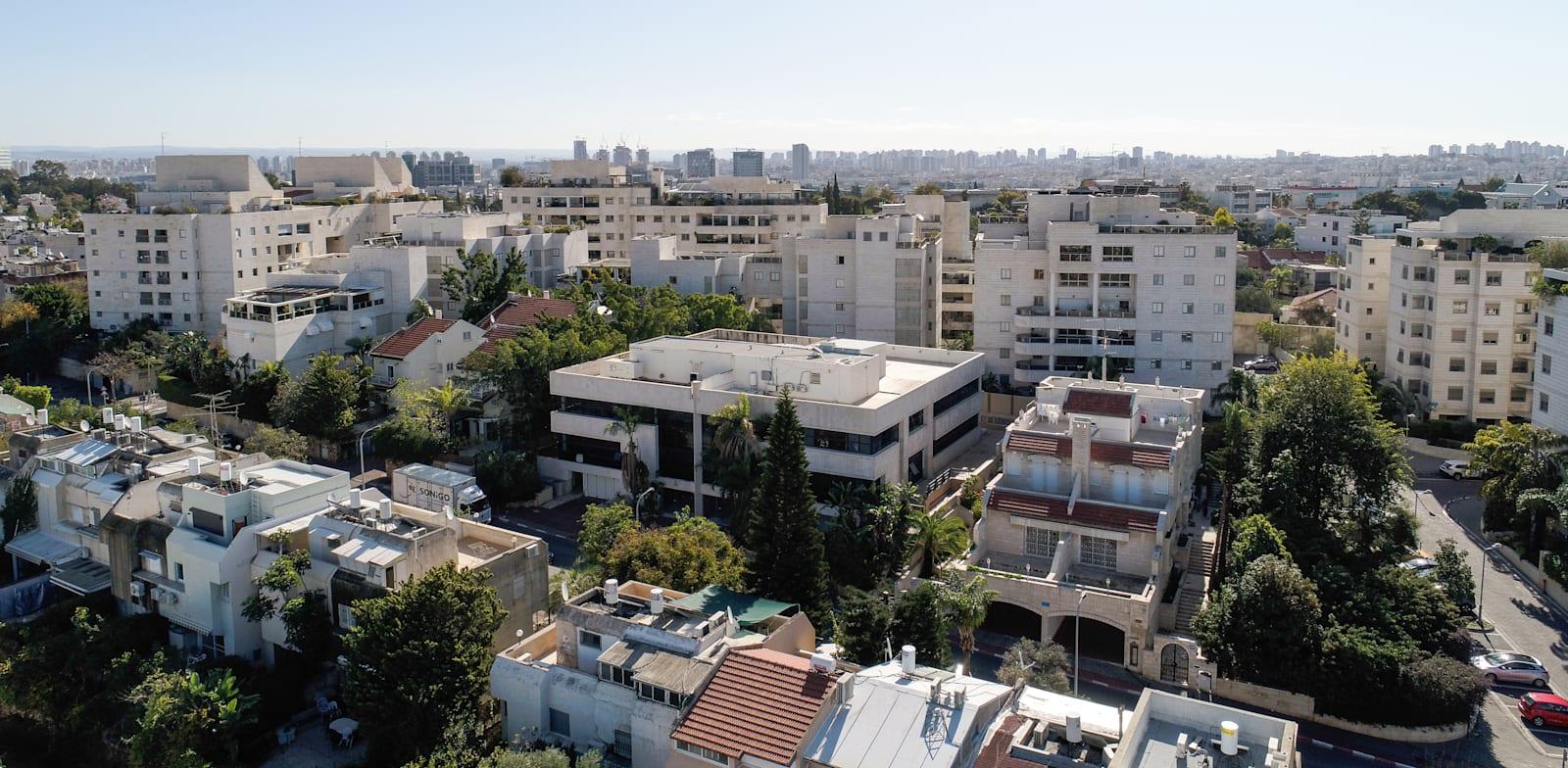 בניין המשרדים (במרכז התמונה) ברחוב חיים הזז 16-18 בתל אביב / צילום: GRIFFING AERIAL PHOTOS