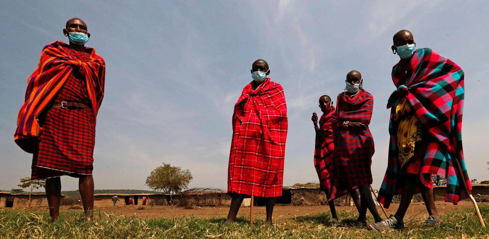גברים מסאיים עם מסכות נגד קורונה בקניה, בחודש אוגוסט / צילום: Reuters, THOMAS MUKOYA