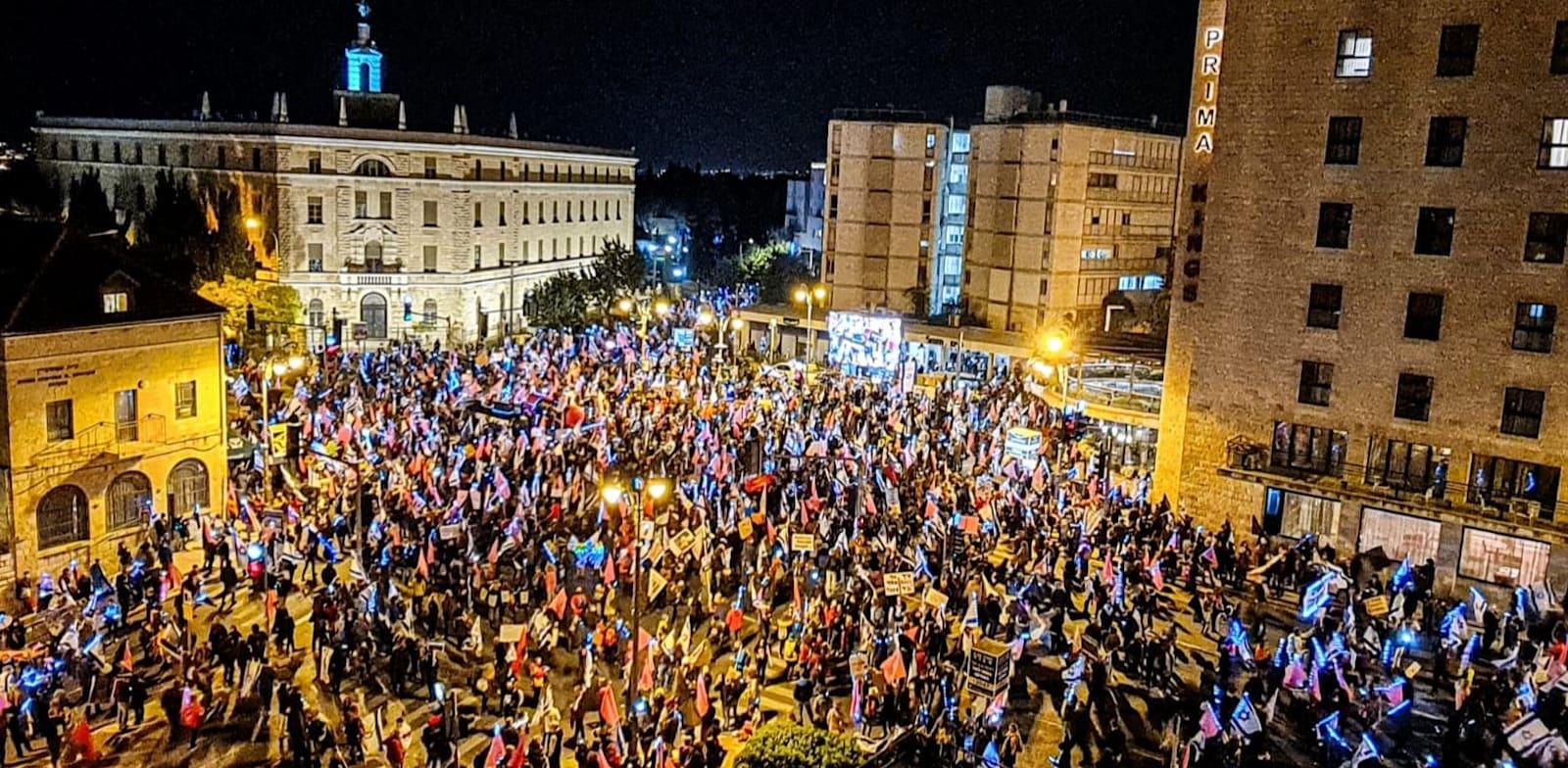 אלפי מפגינים בכיכר פריז הערב / צילום: הספירה לאחור