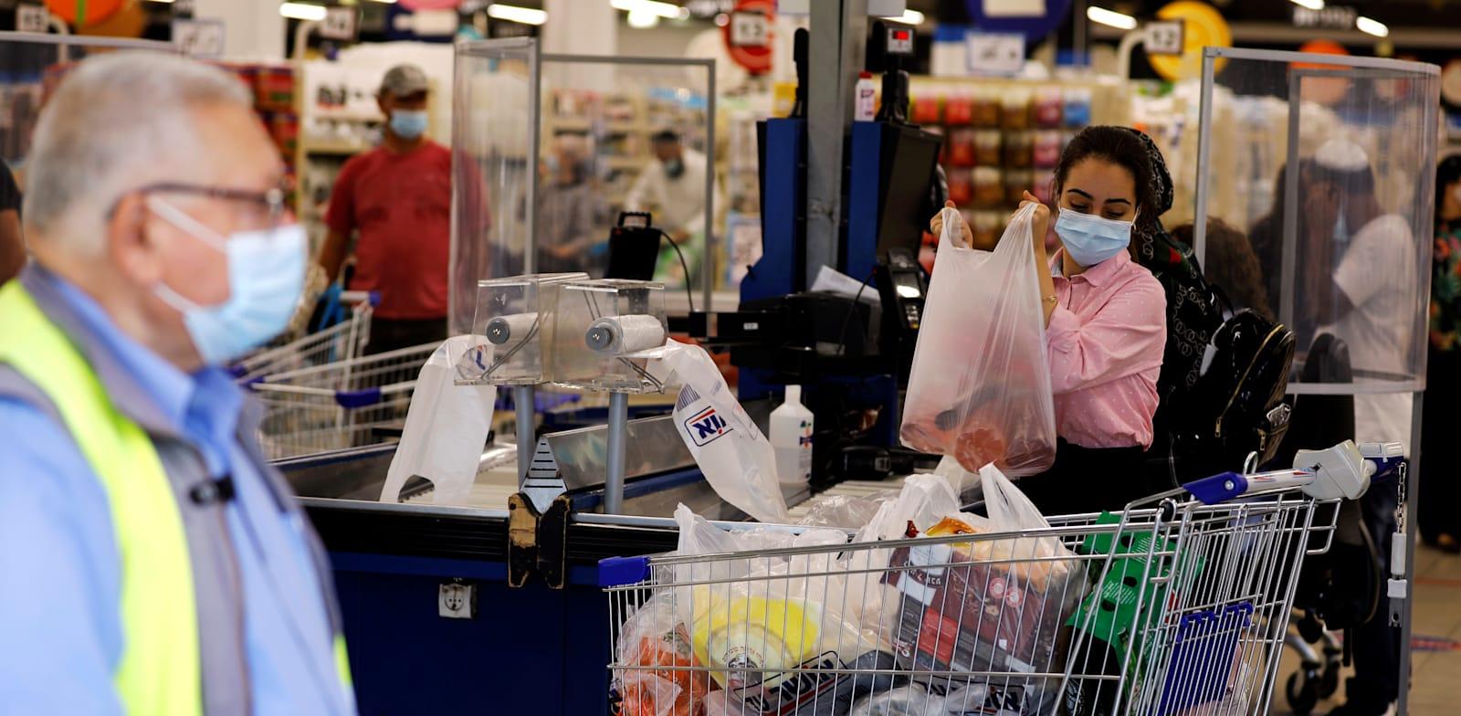 קניות בסופרמקט. התחזקות הבישול הביתי בימי הקורונה / צילום: Reuters, Amir Cohen