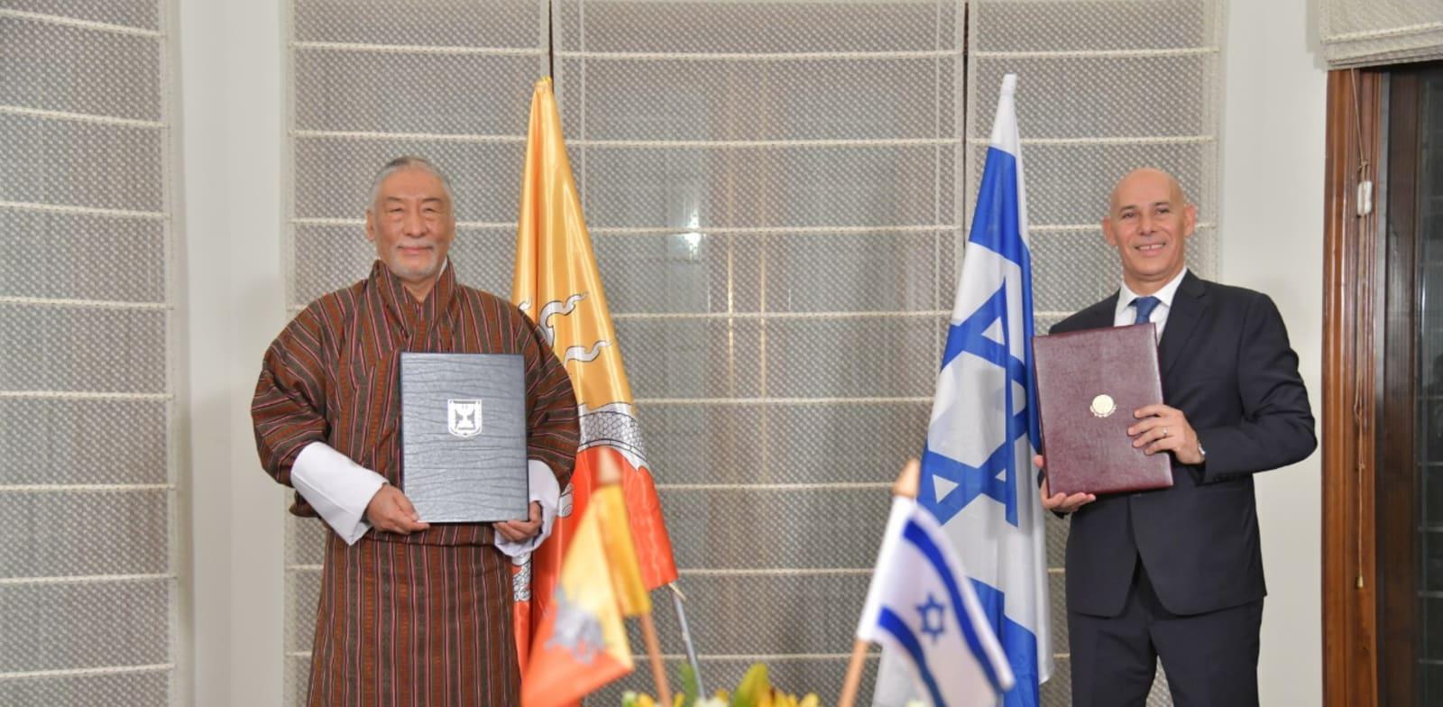 שגרירי ישראל ובהוטן בהודו במעמד החתימה על כינון היחסים / צילום: שגרירות ישראל בניו דלהי