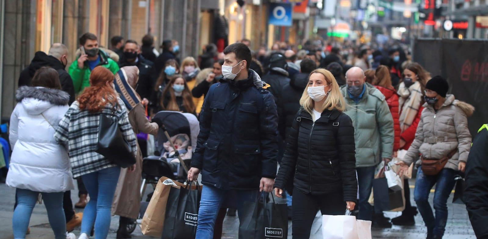 אנשים מבצעים קניות לקראת חג המולד בעיר הגרמנית קלן בסוף השבוע האחרון / צילום: Reuters, Wolfgang Rattay