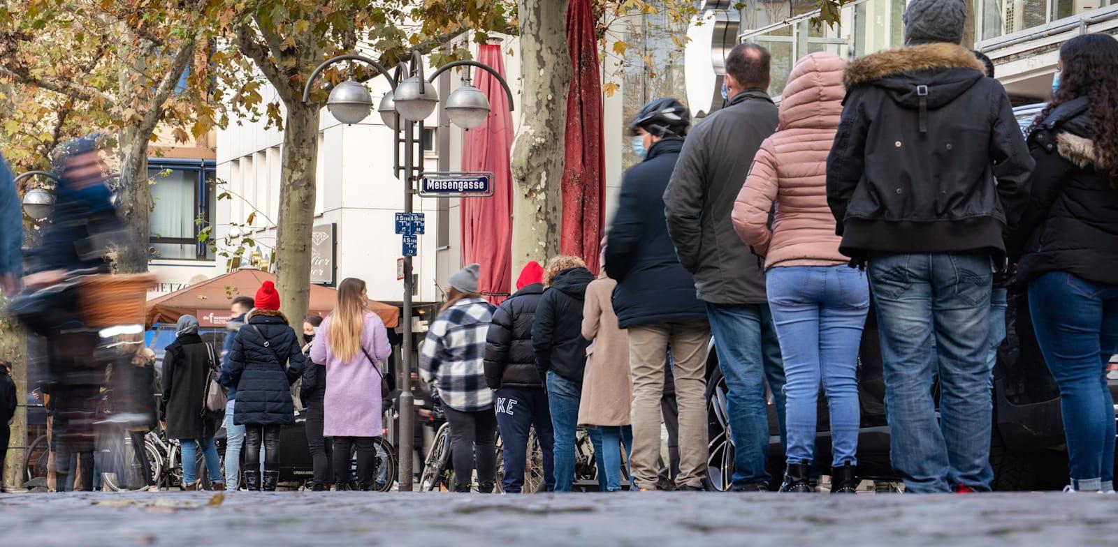 תורים ארוכים לבתי עסק בגרמניה לקראת סגר שהולך להיות מוטל על המדינה / צילום: Associated Press, Frank Rumpenhorst