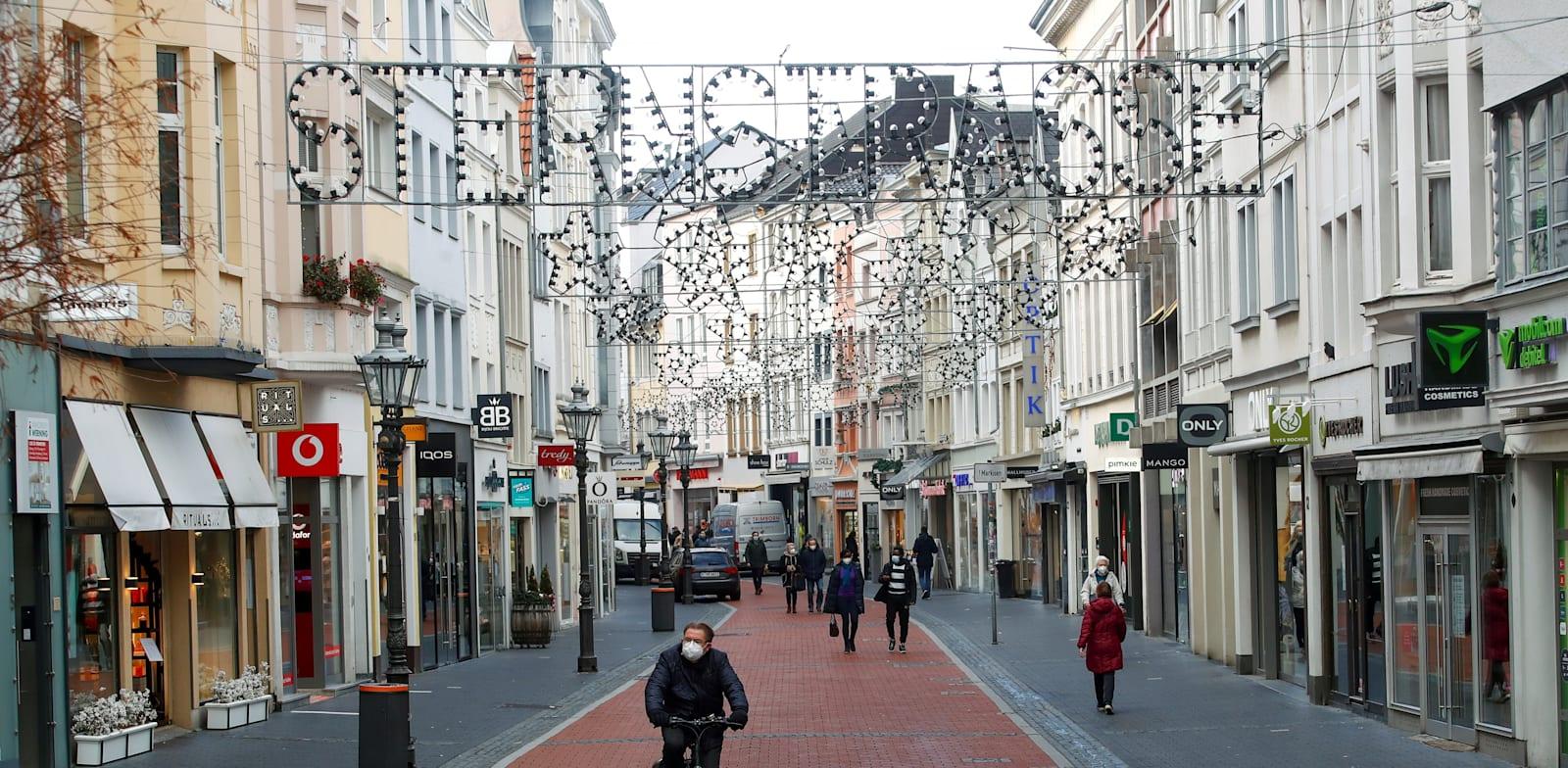 רחוב קניות עם נוכחות דלילה בעיר בון, לאחר שגרמניה נכנסה לסגר בשל תחלואת הקורונה / צילום: Reuters, Wolfgang Rattay