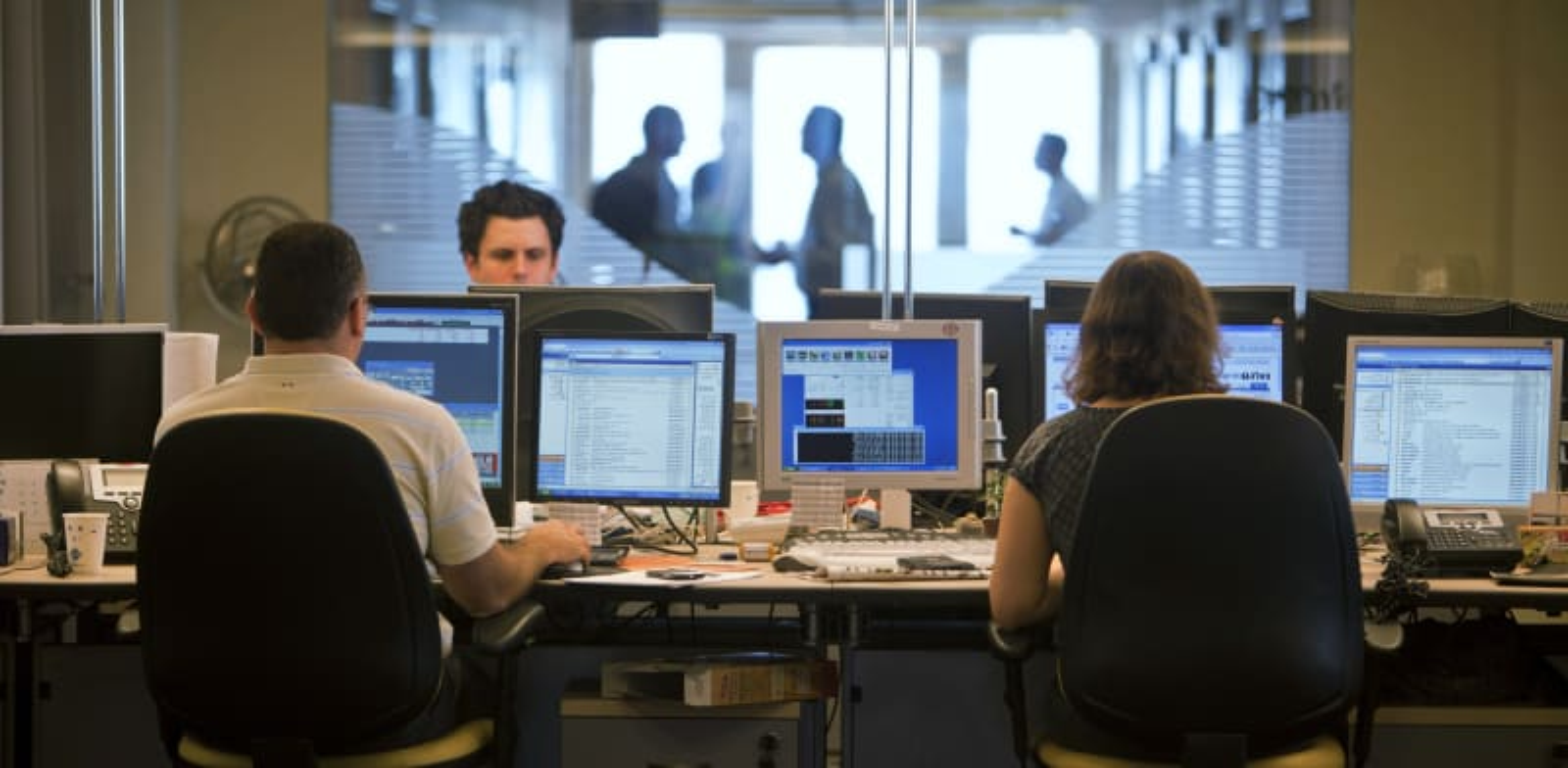 """חדר עסקאות בני""""ע של אחד הבנקים בישראל / צילום: Reuters, NIR ELIAS"""