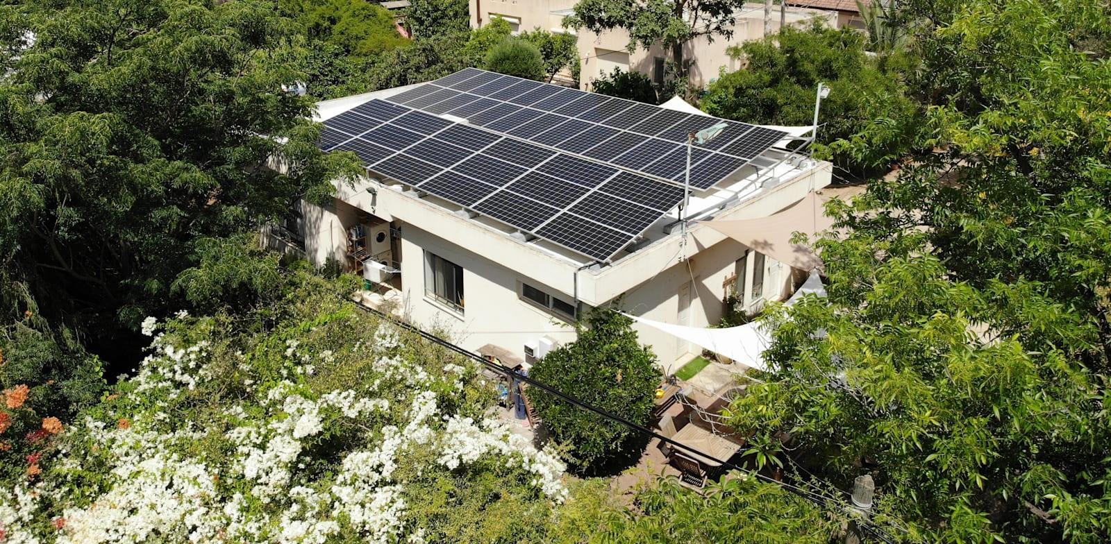 מערכת סולארית על גג בית פרטי. ישראל לא עומדת ביעדים / צילום: Volta Solar