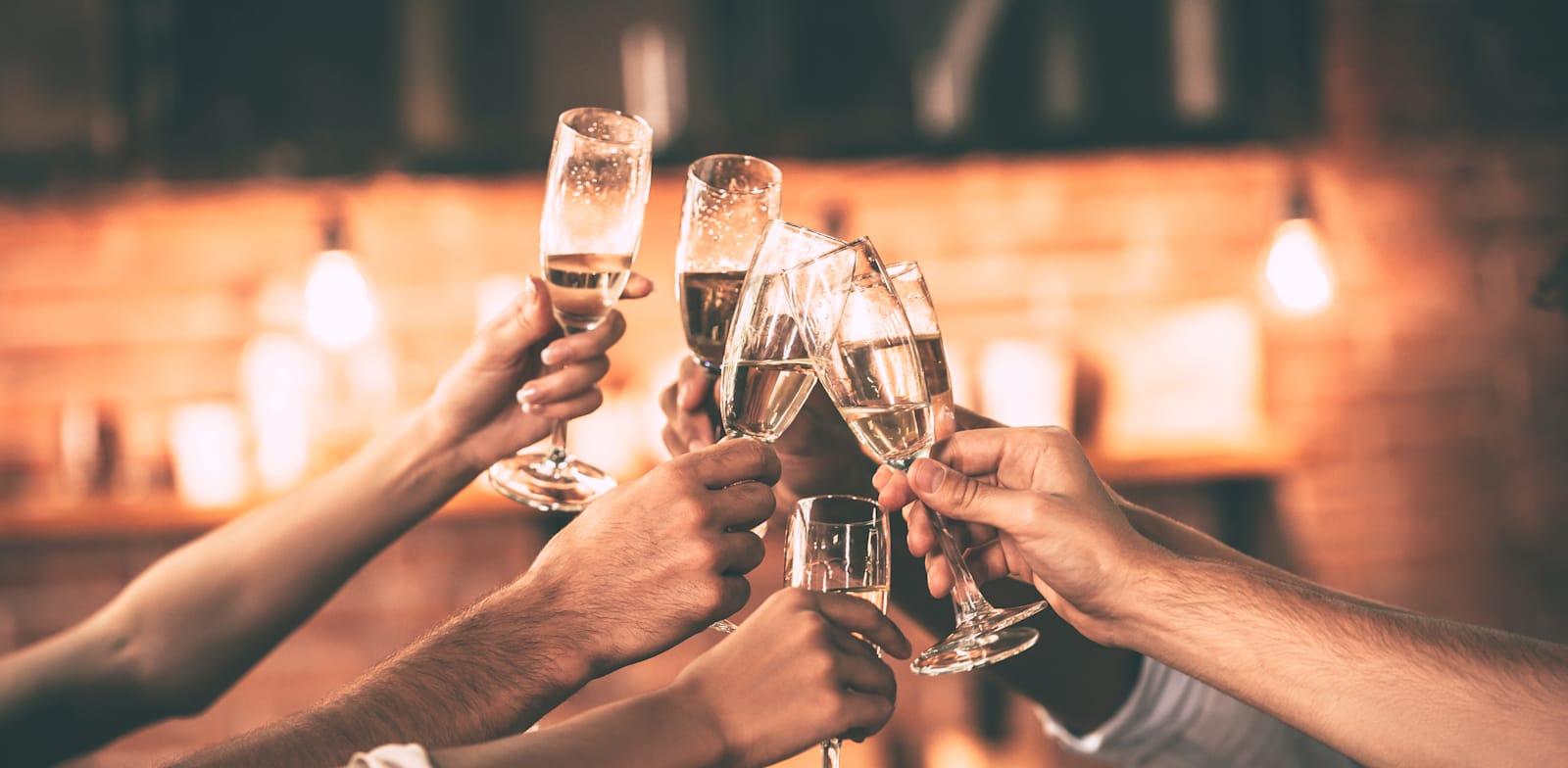 חגיגה עם יין לכבוד השנה החדשה / צילום: Shutterstock