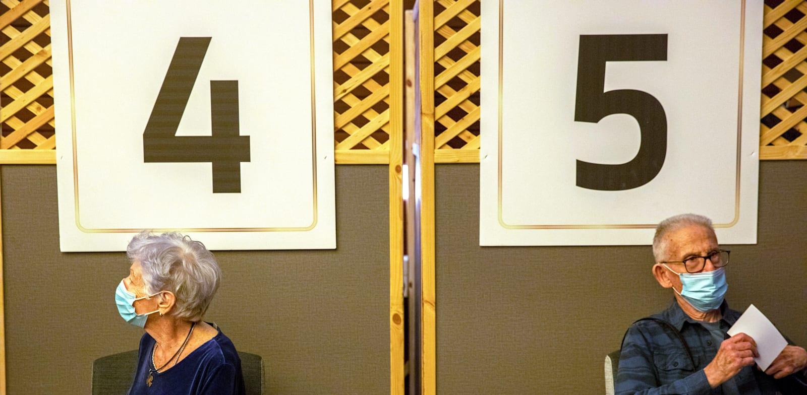מחכים בתור להתחסן בבית אבות בגני תקווה / צילום: Associated Press, Ariel Schalit