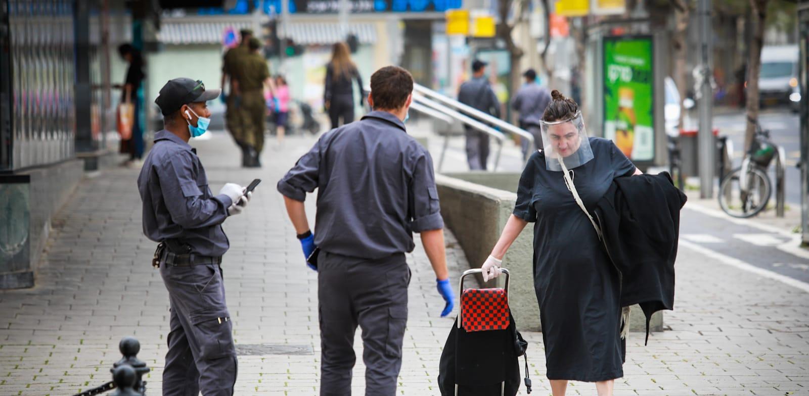 פקחים בתל אביב. המאבק בקורונה לווה בהחלטות לא הגיוניות / צילום: שלומי יוסף