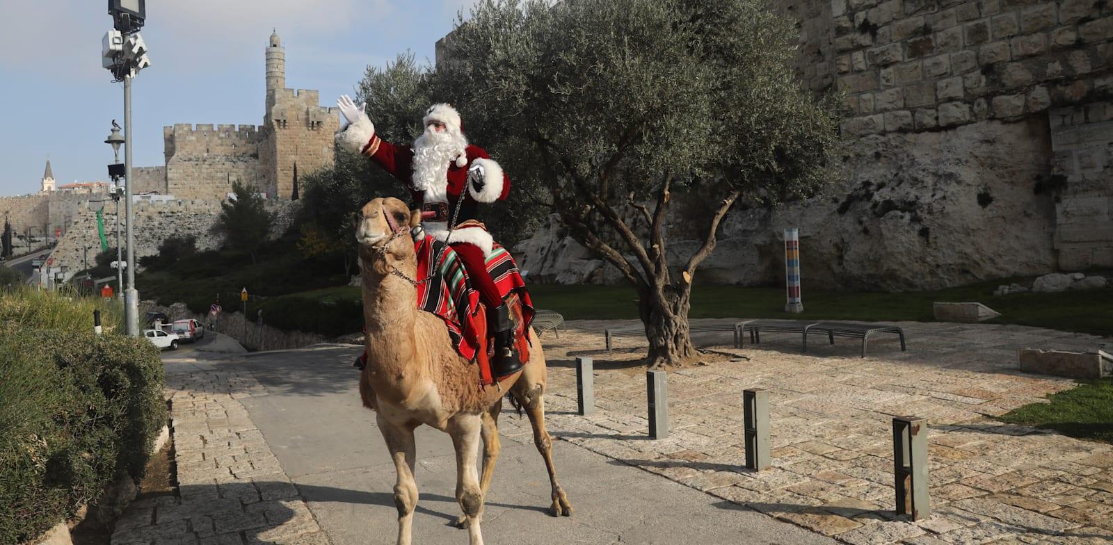 סנטה קלאוס בירושלים. קבוצות נוצריות מחכות להגיע לארץ הקודש/ צילום: Associated Press, Mahmoud Illean