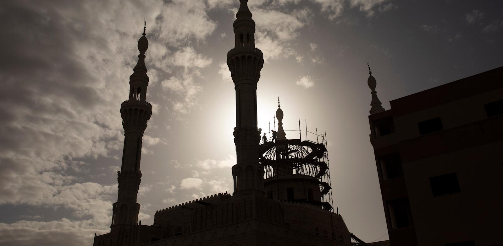 """מסגד בכפר קאסם. """"המערב הפרוע"""" קם מחדש לתחייה ביישובי המגזר הערבי / צילום: Associated Press, Oded Balilty"""