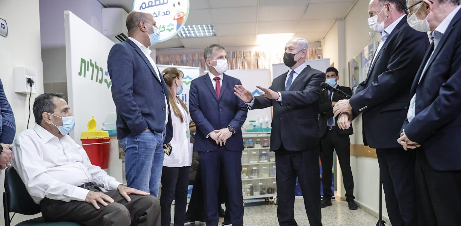 """ראש הממשלה בנימין נתניהו במתחם חיסוני קורונה של קופת חולים כללית טירה / צילום: תומר אפלבאום, """"הארץ"""""""