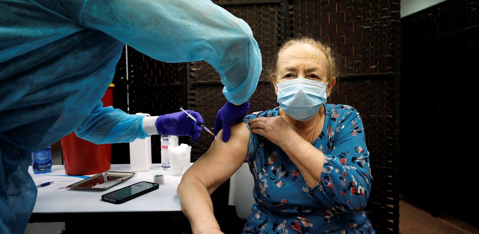 חיסונים בקופת חולים באשדוד. יש גם חריקות / צילום: Reuters, Amir Cohen