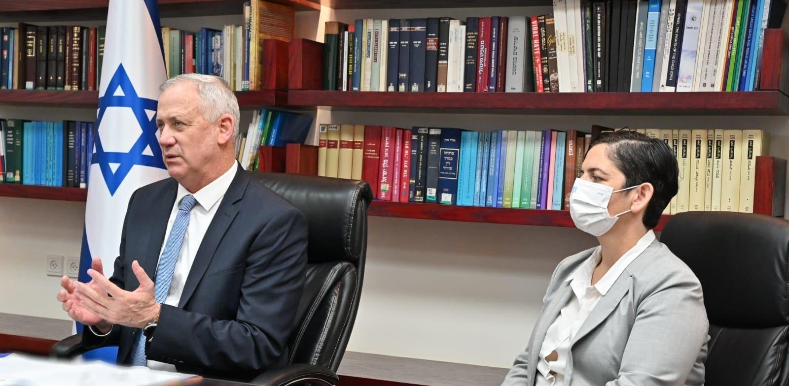 בני גנץ בשיחת פתיחה עם בכירי משרד המשפטים / צילום: אריאל חרמוני, משרד הביטחון