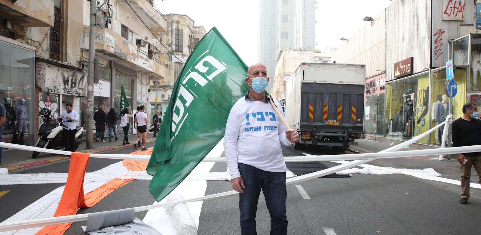 """סוחר מפגין בדרך יפו בת""""א במחאה על חוסר הטיפול במשבר הכלכלי / צילום: כדיה לוי"""