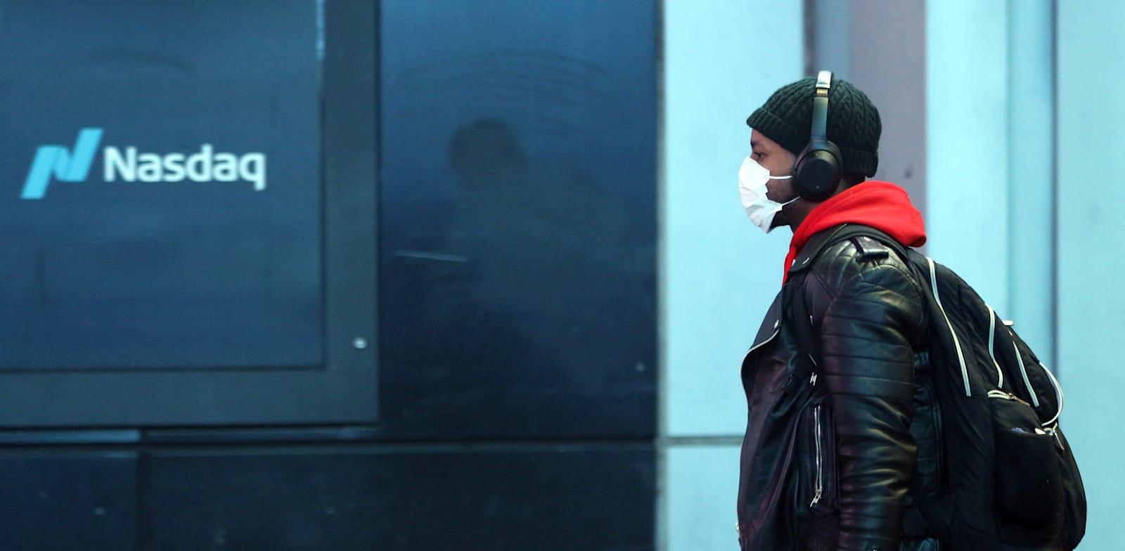 """שלט של בורסת נאסד""""ק בטיימס סקוור, ניו יורק / צילום: Reuters, Kevin Wexler"""