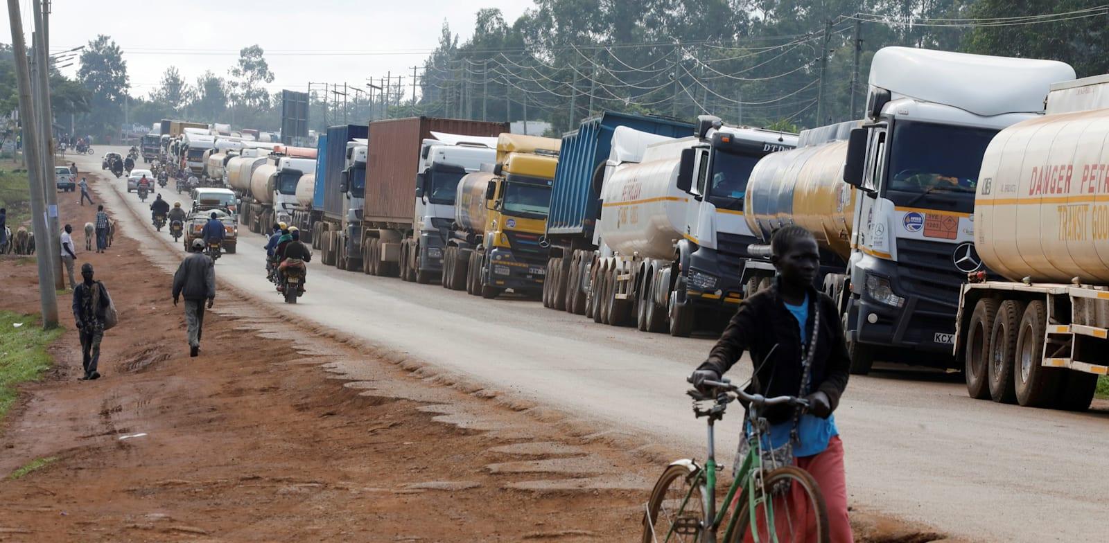 משאיות ממתינות בפקק  של 10 קילומטר בדרך  לגבול בין קניה לאוגנדה בנובמבר / צילום: Reuters, BAZ RATNER
