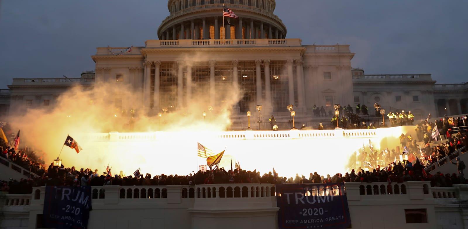 """פיצוץ שנגרם על ידי המשטרה בזמן שתומכיו של נשיא ארה""""ב דונלד טראמפ מתאספים מול בניין הקפיטול / צילום: Reuters, Leah Millis"""