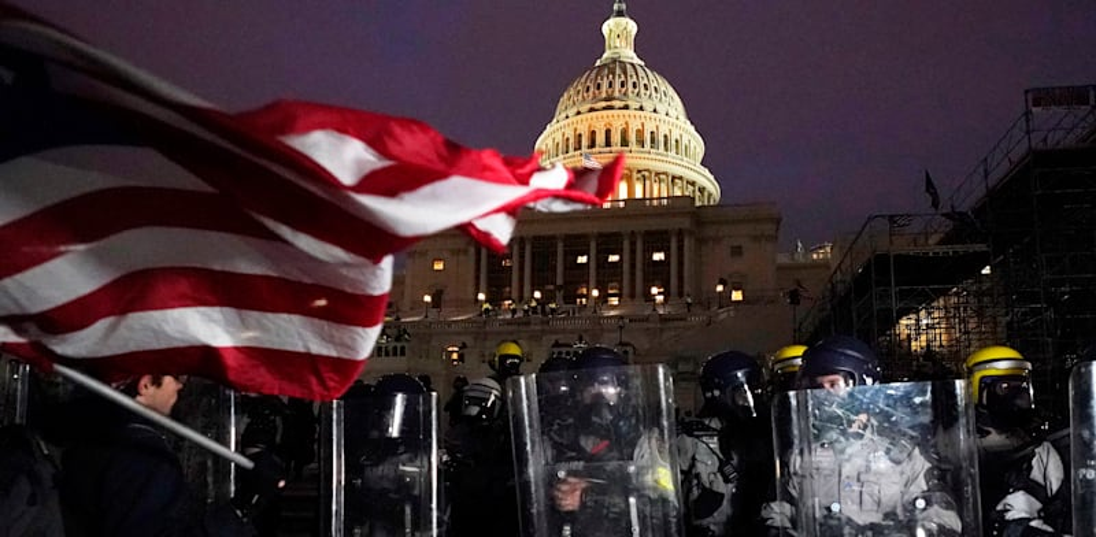 שוטרים מגינים על גבעת הקפיטול לאחר שהוכרז עוצר בבירה / צילום: Associated Press, Julio Cortez