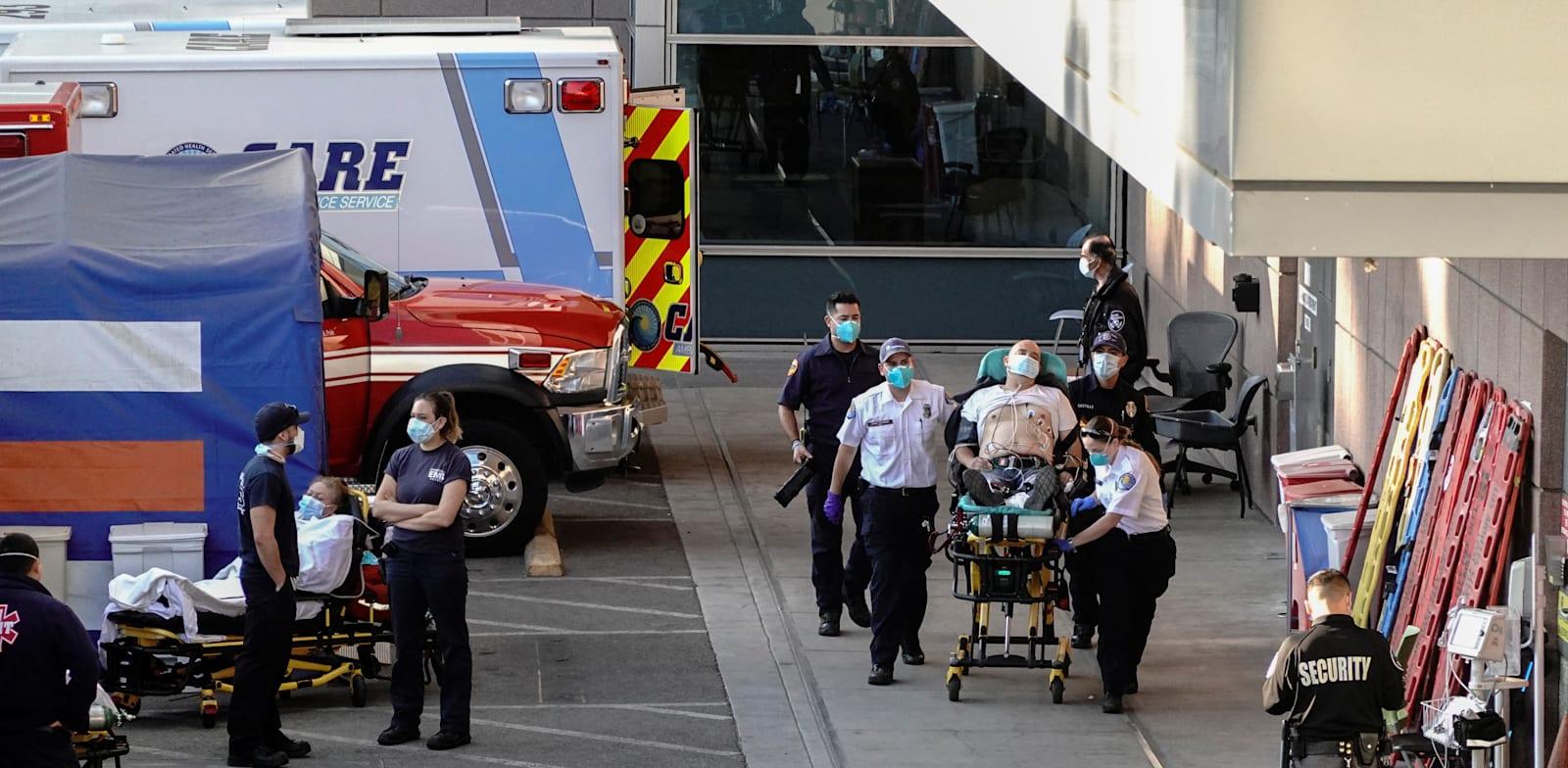 כניסה לחדר טיפול נמרץ בלוס אנג'לס. לפי הערכות, אחד מכל 17 תושבי העיר חולה בקורונה / צילום: Reuters, BING GUAN