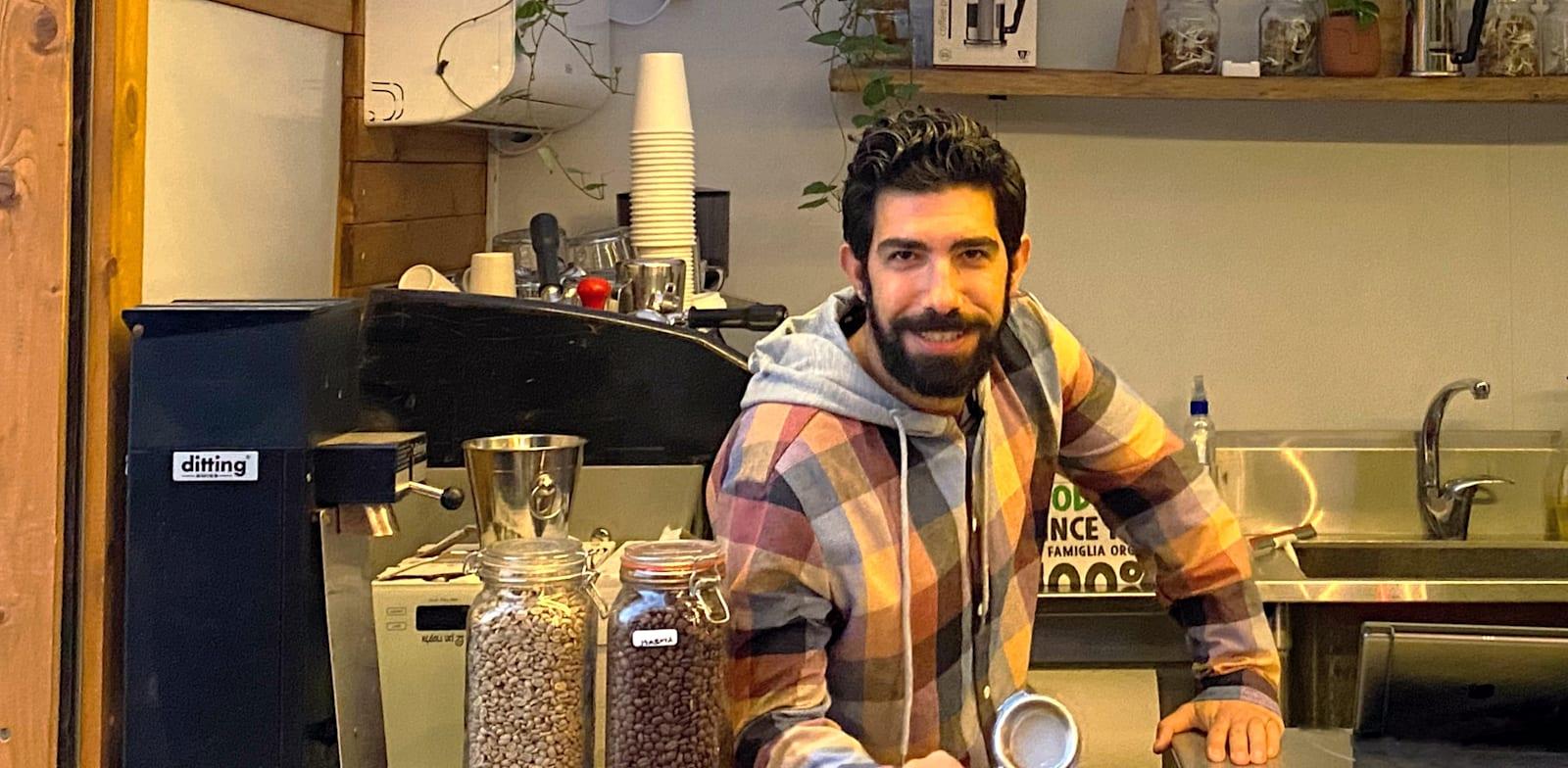 אסי לוי, בעלים משותף של בר קפה נעורים בכרכור / צילום: אביעד הר־טל
