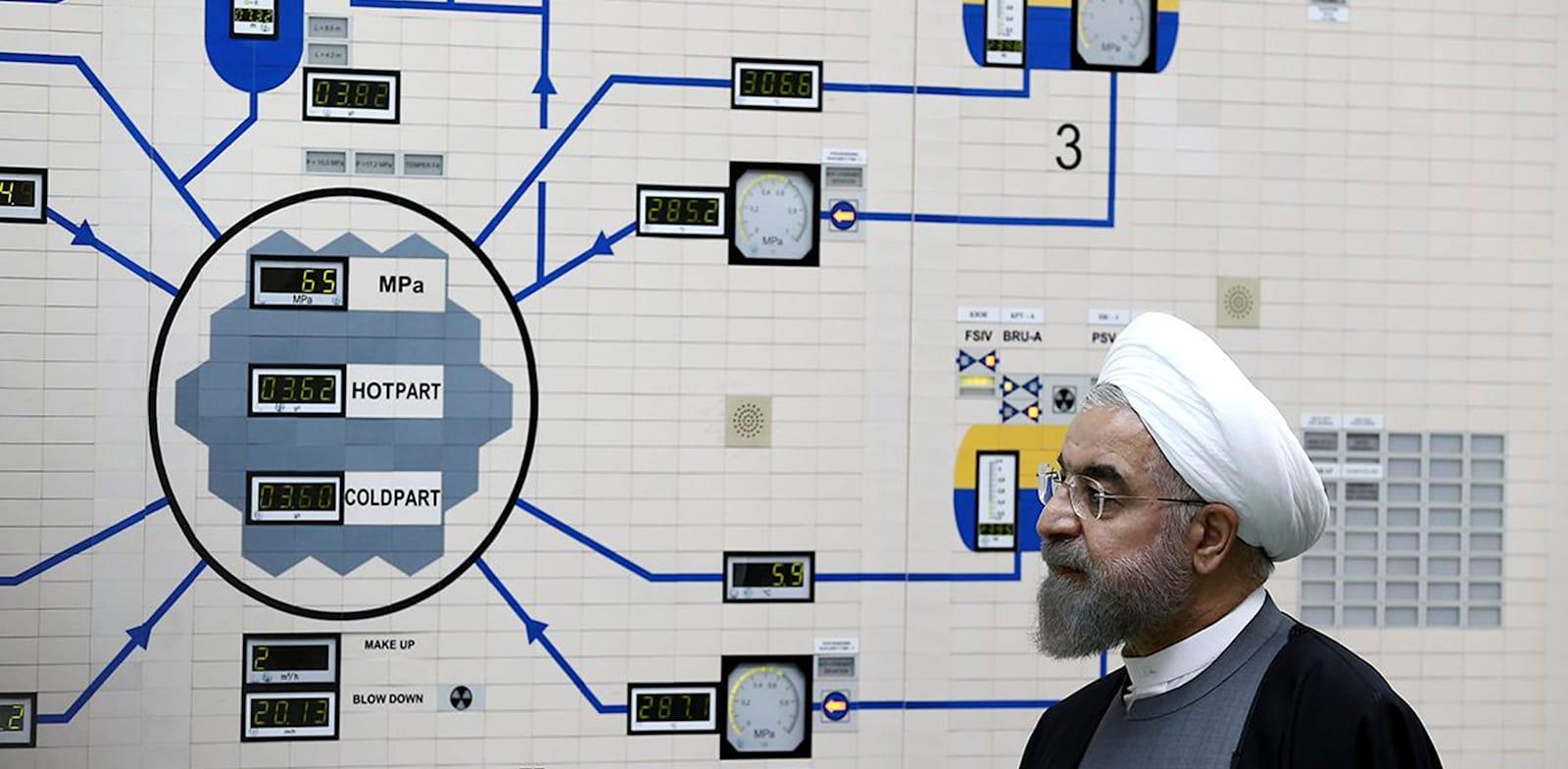 הנשיא האיראני חסן רוחאני מבקר בתחנת הכוח הגרעינית בבושהר ב-2015 / צילום: Associated Press, Iranian Presidency Office, Mohammad Berno