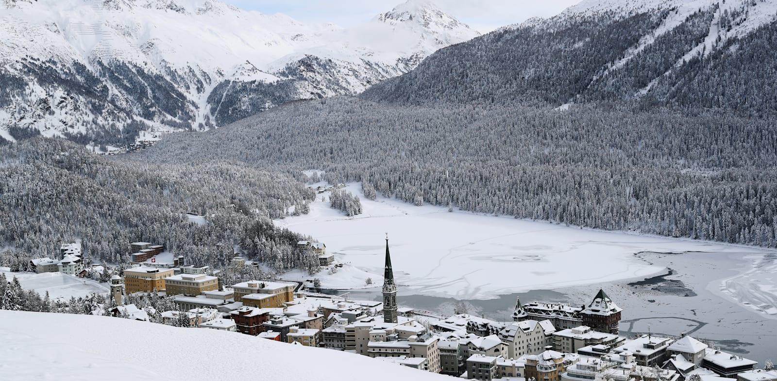 עיירת נופש שוממת בשוויץ. הרשויות החליטו על סגירת מסעדות, בארים ומקומות בילויים למשך יותר משישה שבועות / צילום: Reuters, Arnd Wiegmann